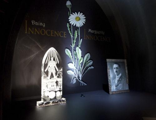 Fleurs d'ARMES évoque la nature humaine en temps de guerre au moyen de la floriographie, de la sculpture et d'odeurs