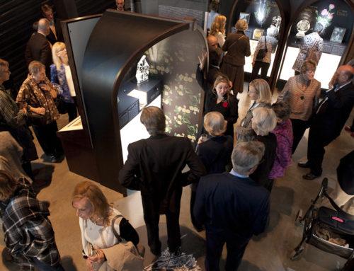 Fleurs D'ARMES : Une exposition d'art itinérante  Fleurs d'ARMES fait des vagues lors de la  semaine du Jour du Souvenir